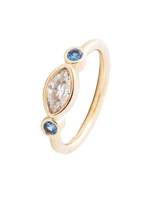 Sortija A Trendy Life en plata dorada con navette y dos piedras azules